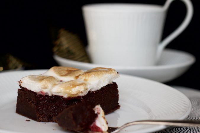 Billede af brownie toppet med skumfiduser
