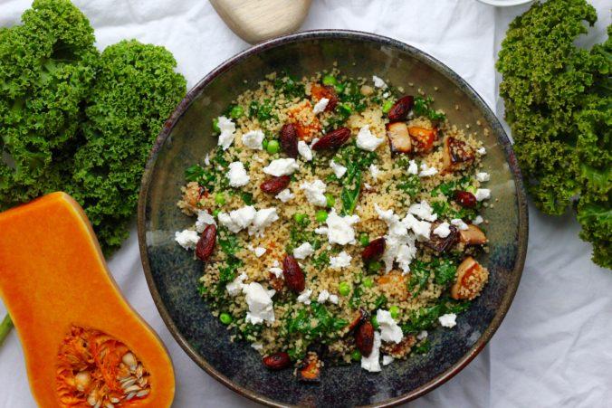 Billede af couscous salat med bagt græskar, grønkål og soyaristede mandler