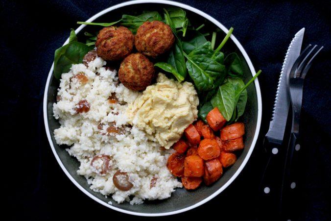 Billeder af Fyldig salat med blomkåls couscous, bagte gulerødder og hummus