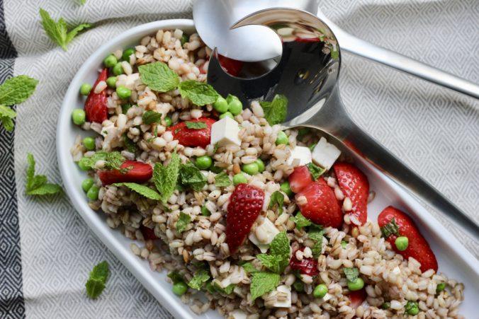 Billede af Perlebygsalat med syltede jordbær og mynte