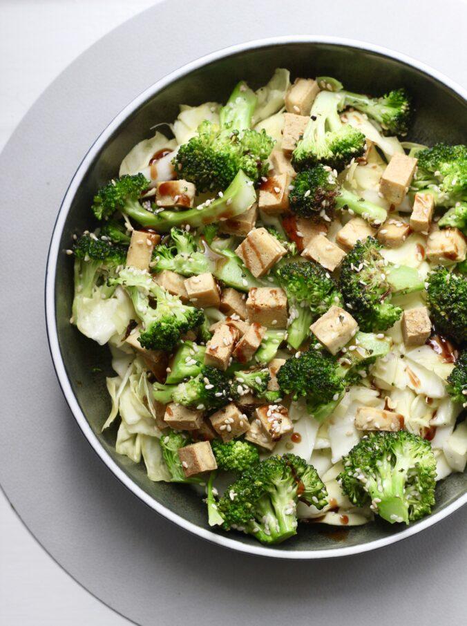 Billede af Stegt broccoli med tofu og marineret kål