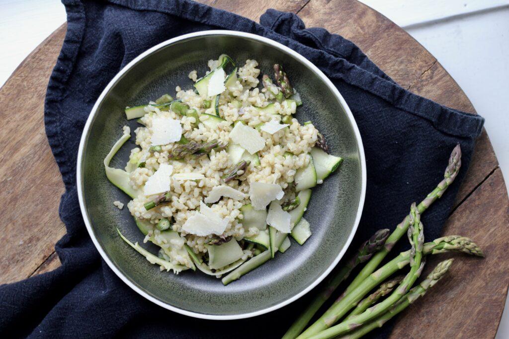Billede af Rissalat med sæsonens grønne asparges og squash