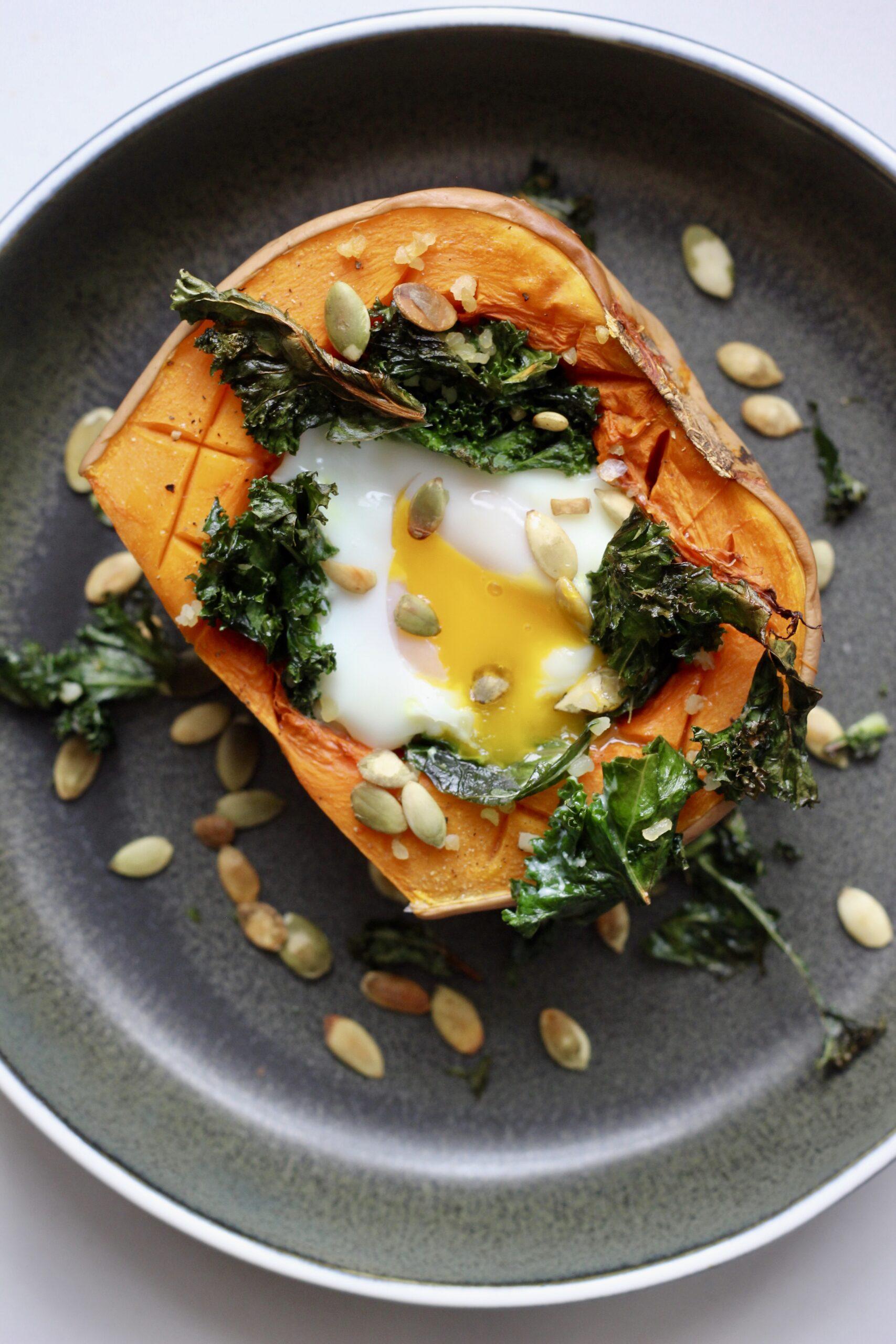 Billede af Bagt butternut squash med grønkål, bulgur og æg